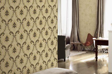 Blick in den offenen Wohnraum; davor eine gepolsterte Sitzbank mit violettem Samtbezug und mit darüberhängendem, modernen Wandbi